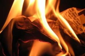 quemar la hoja en la hoguera e1340466313261 300x198 Ritual para la noche mágica de San Juan