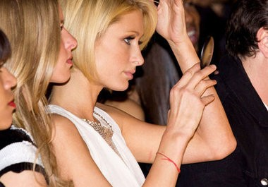 Paris Hilton con la Pulsera Roja